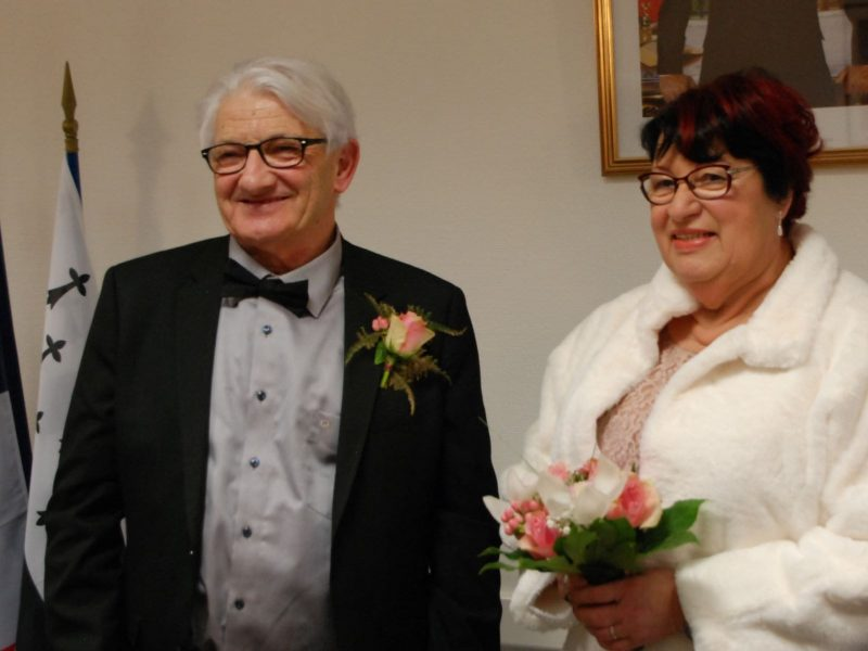 50 ans de mariage mairie bouquet de fleur mariés